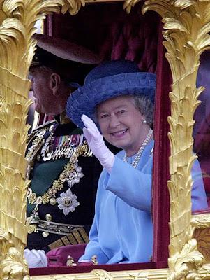 A rainha na festa da coroação meio século depois.