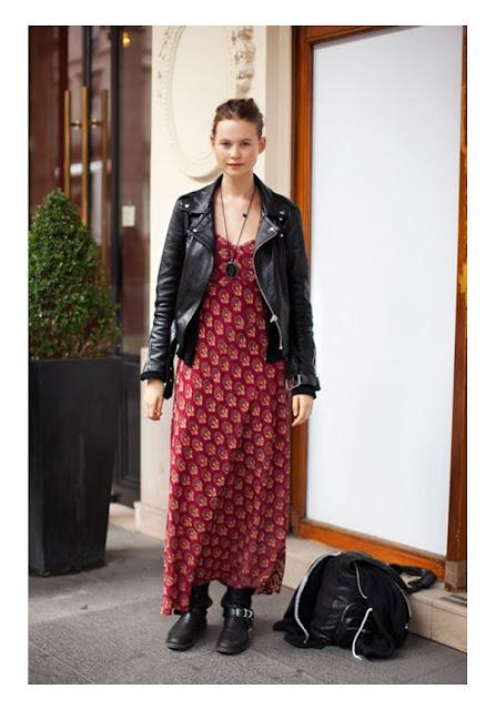 Красное платье макси в цветочек с косухой и мото сапогами