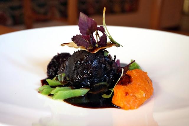 Geschmorte Rinderbäckchen mit Rotweinsauce und Speckkarotten