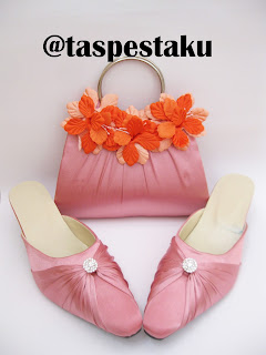 Slop Pesta dan Tas Pesta Warna Peach Semu Pink Dengan Bunga Cantik Elegant