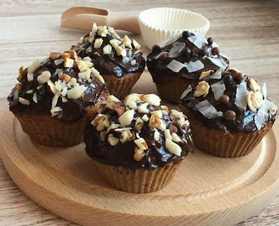 Babeczki polane czekoladą i posypane orzechami