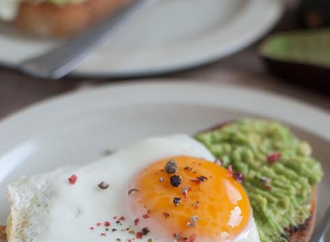Śniadaniowo mi #29: Tost z awokado i jajkiem sadzonym