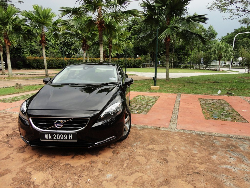 motoring malaysia test drive volvo v40 t4 1 6 tested the high specification v40 t5 cross. Black Bedroom Furniture Sets. Home Design Ideas