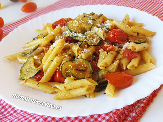 Macarrones con tomates cherry y calabacín
