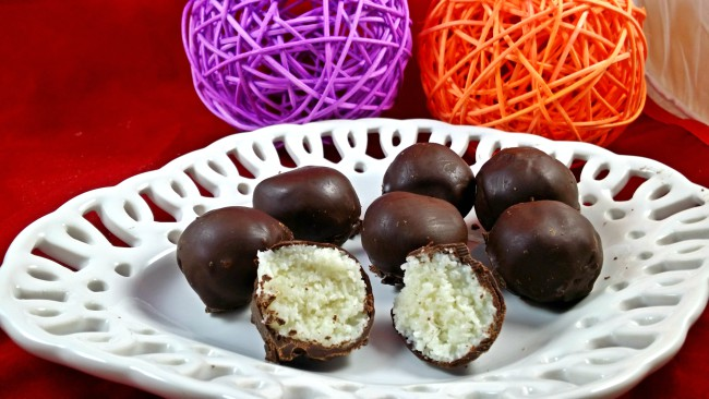 Unas bolitas de coco recubiertas de chocolate