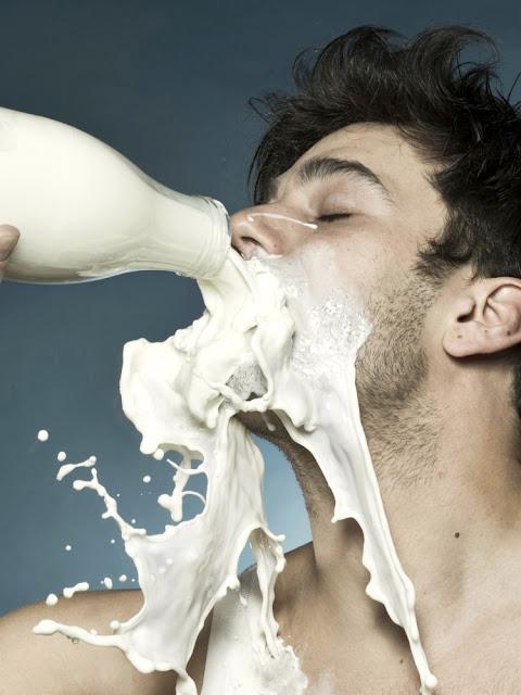 hombre-bebiendo-botella-leche