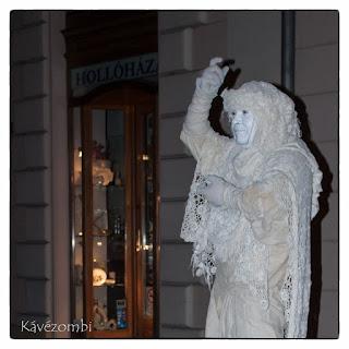 Szeged Napja éjszakáján egy élő szobor performansza