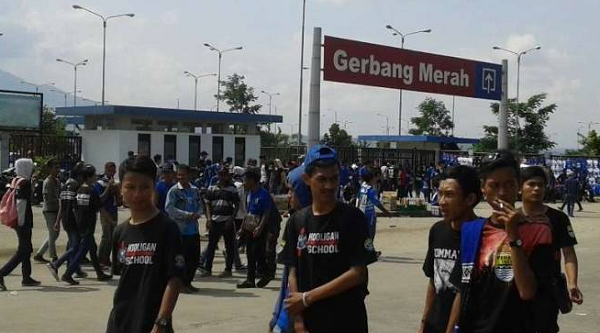 Jelang Persib Kontra Arema FC, Bobotoh Padati Area Stadion GBLA, Miris Calo Jual Tiket Seharga 200 rb