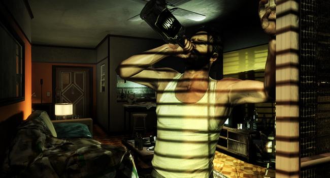 Max en plena crisis alcohólica, bebiendo solo en su casa una botella de whisky a morro.