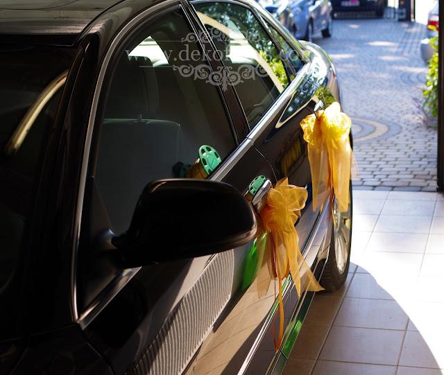 Kolorowa dekoracja samochodu na ślub - serce z kwiatów