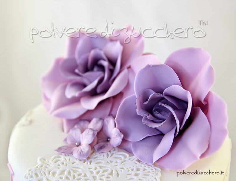Torta a due piani co rose lilla e ortensie lilla per una for Decorazioni torte vendita