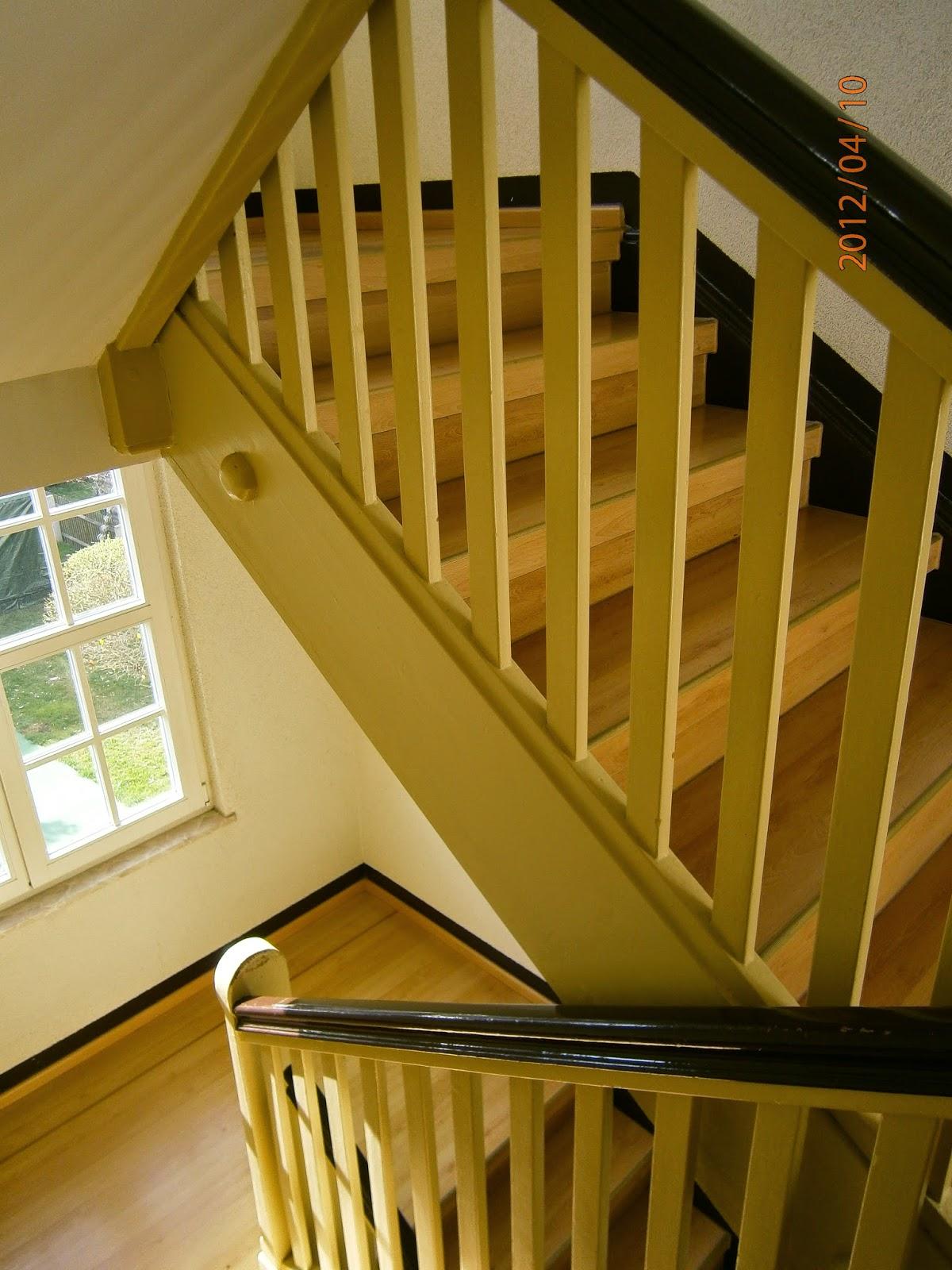 Treppe renoviert - Holztreppen-Geländer gestrichen