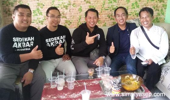 TABUNG BAITUL MAL SARAWAK : Penulis (paling kanan) bersama sahabat sahabat dari Tabung BaitulMal Sarawak Malaysia dalam sebuah jamuan di Pondok Mbah Darmin Wonodadi 2 Kubu Raya. Foto Istinewa