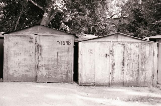 Ouzbékistan, Tachkent, garage, © Louis Gigout, 1999