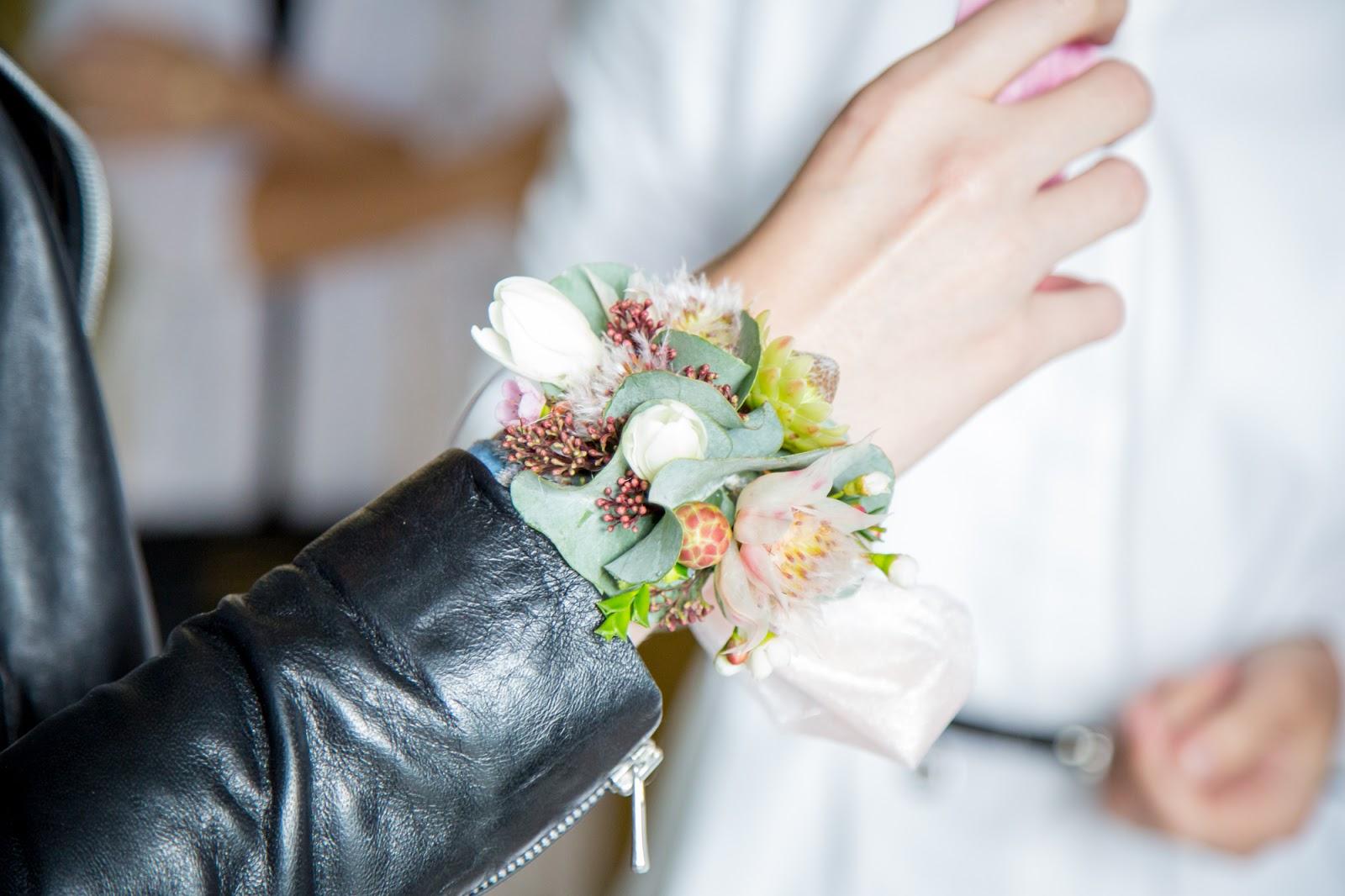 браслет на руку из живых цветов