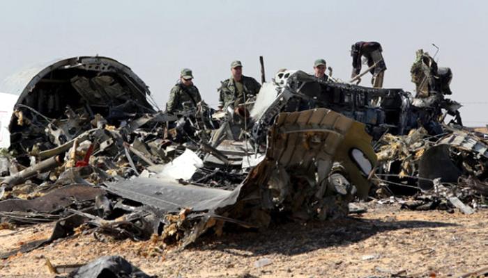 Tentara Rusia melakukan investigasi pada puing-puing pesawat Metrojet Rusia