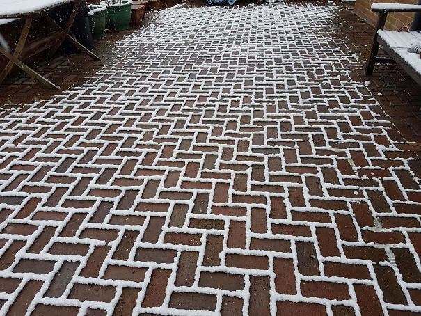 20 Pictures Prove That 'Accidental' Art Can Be Astonishing - The Snow Has Settled Only On The Outline Of The Bricks On My Friends Driveway