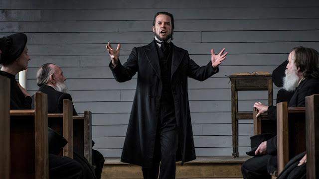 Guy Pearce en prêtre vengeur dans Brimstone