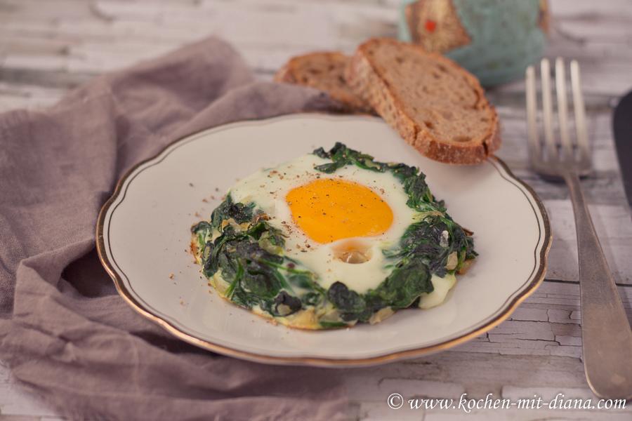Gebackene Spinatnester mit Ei