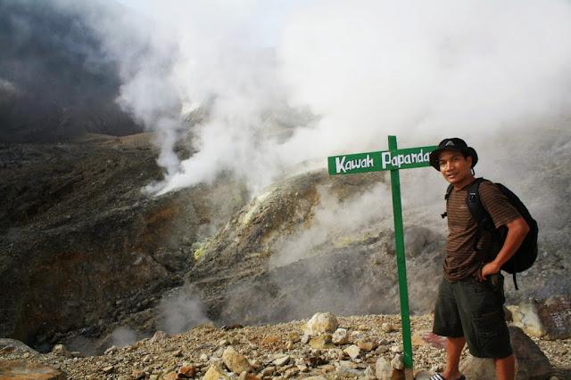 Kawah Gunung Papandayan terkenal sangat indah dan sangat mudah dijangkau.