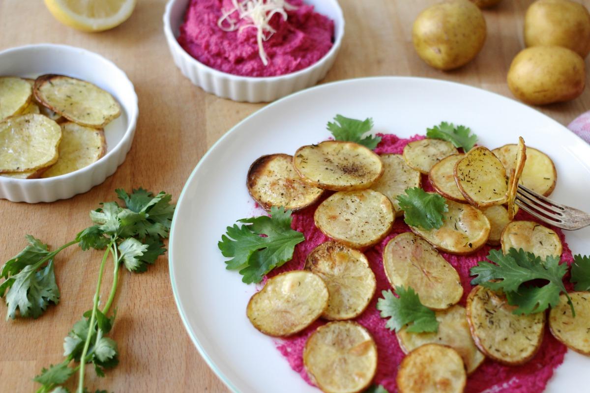 Rote Rüben Hummus mit selbst gemachten Kartoffelchips