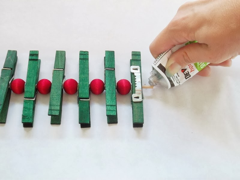 How To Make A Red And Green Wooden Clothespin Christmas Card Holder The Chilly