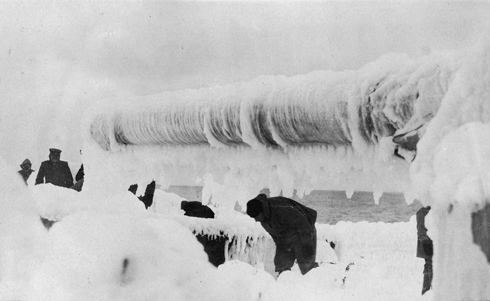 Hombres en cubierta de un barco sacando hielo. Título original: