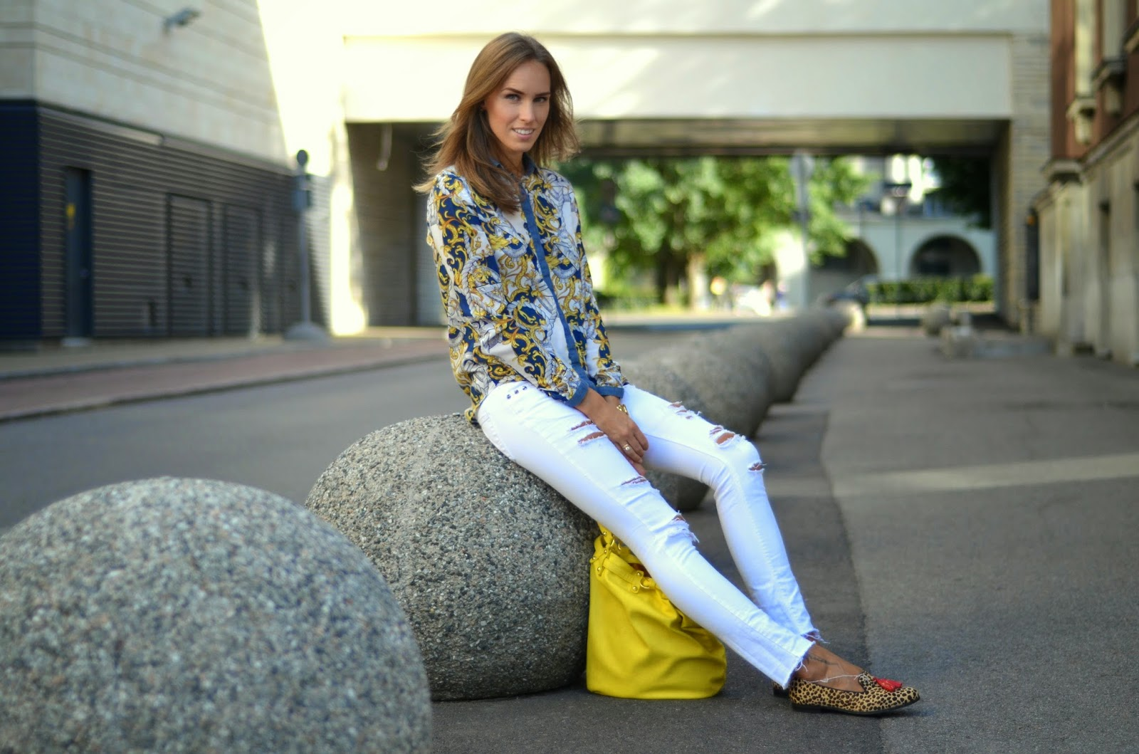 outfit print shirt white jeans leopard slippers