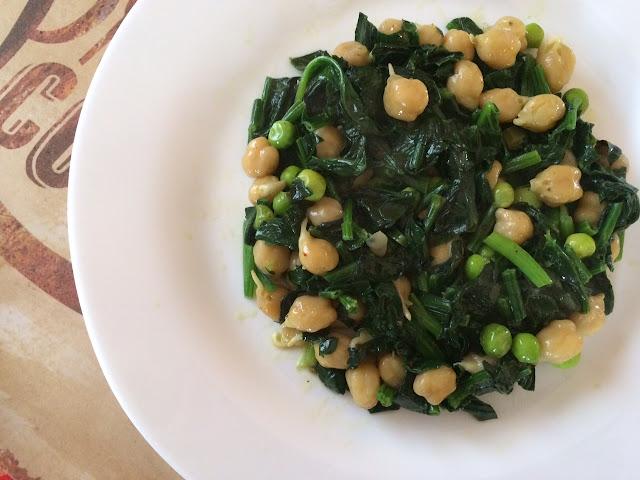 Веселый шпинат с пророщенным нутом и зеленым горошком