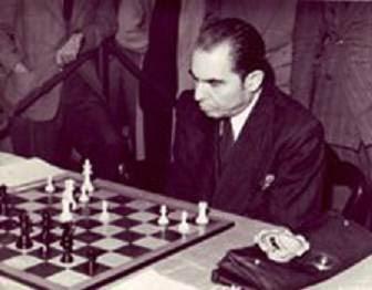 Esteban Canal frente al tablero de ajedrez