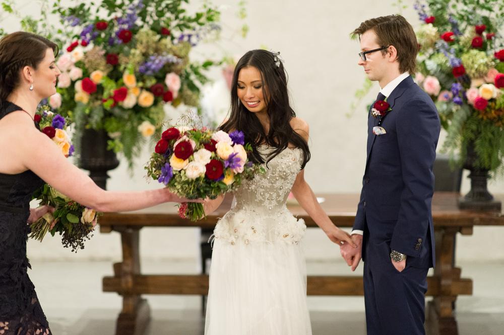 060ffc80 W specjalistycznych salonach sukien ślubnych panna młoda może uzyskać  poradę dotyczącą nie tylko wyboru sukni, ale również dodatków i akcesoriów  ślubnych, ...