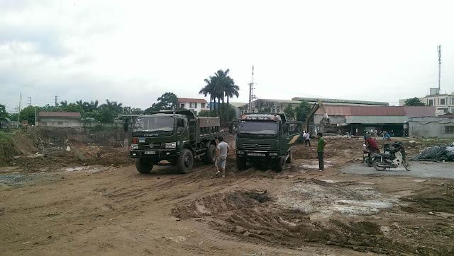 Xe chở vật liệu ra vào tại Lộc Ninh singashine