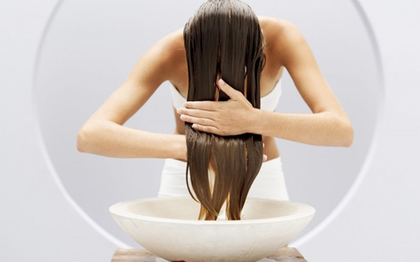 Bạn có thể sử dụng tinh dầu bưởi thay cho dầu xả công nghiệp, nó sẽ kích thích tóc mái mọc dài nhanh chóng