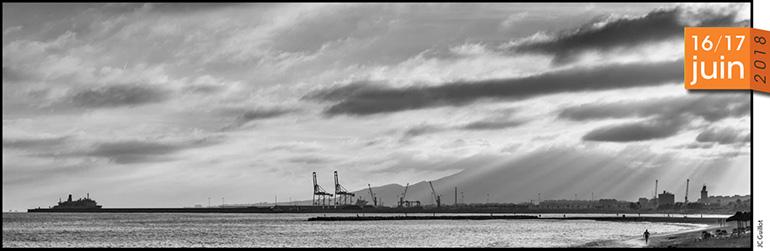 Photo panoramique en noir et blanc d'une zone portuaire à Malaga