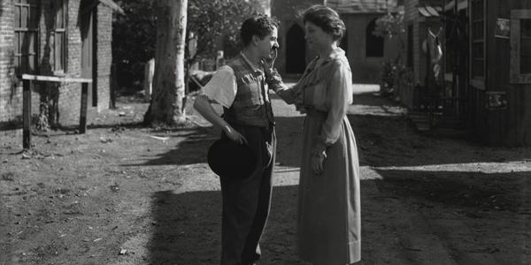 Helen Keller conoce a Charlie Chaplin, foto tomada en el año 1919. Fotos insólitas que se han tomado. Fotos curiosas.