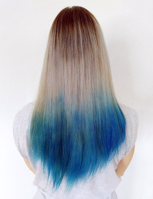 Mechas californianas de color azul en pelo rubio
