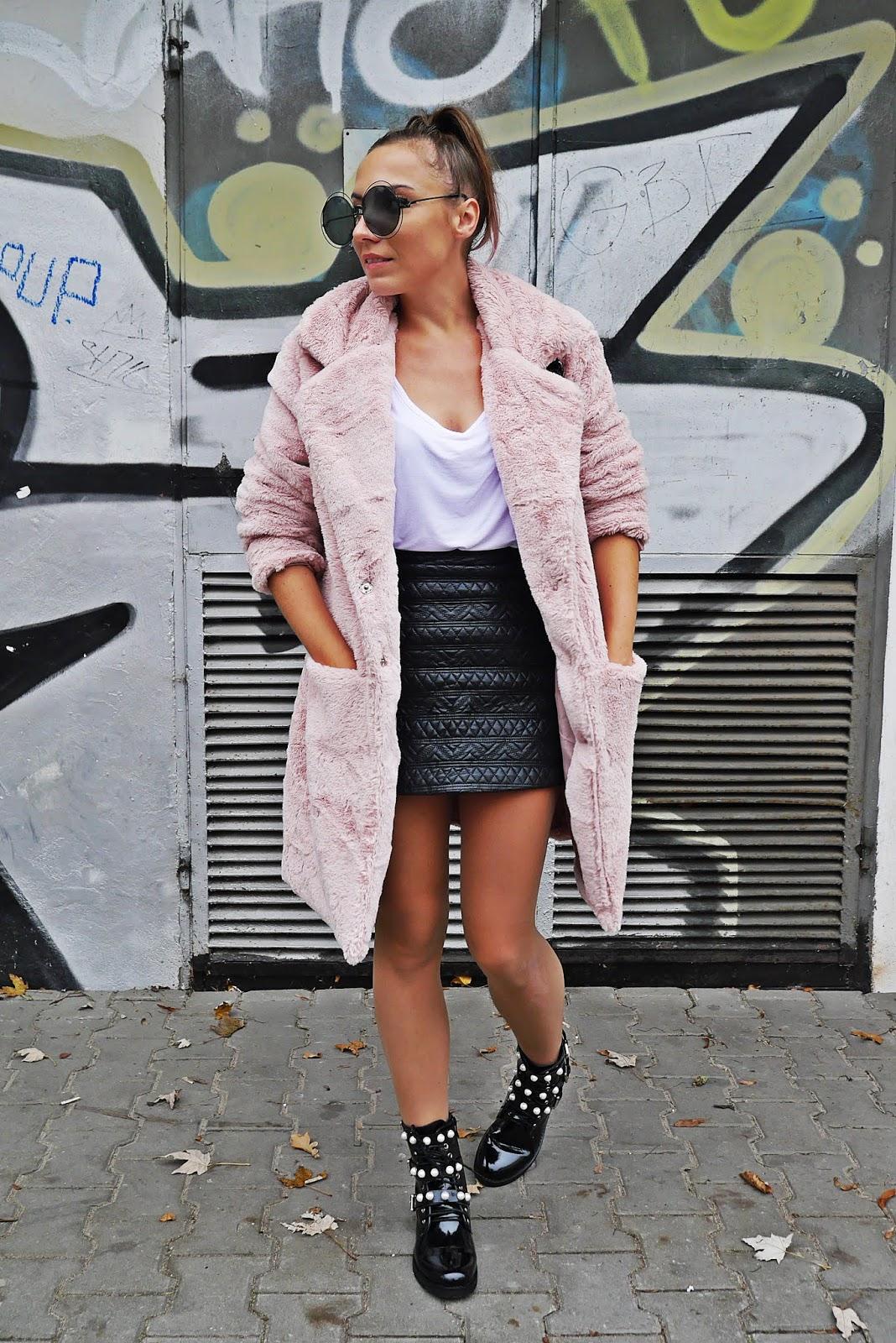 Różowe futerko renee skórzana spódnica buty z perełkami karyn blog modowy