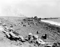 marines cuerpo en tierra en la playa de Iwo Jima