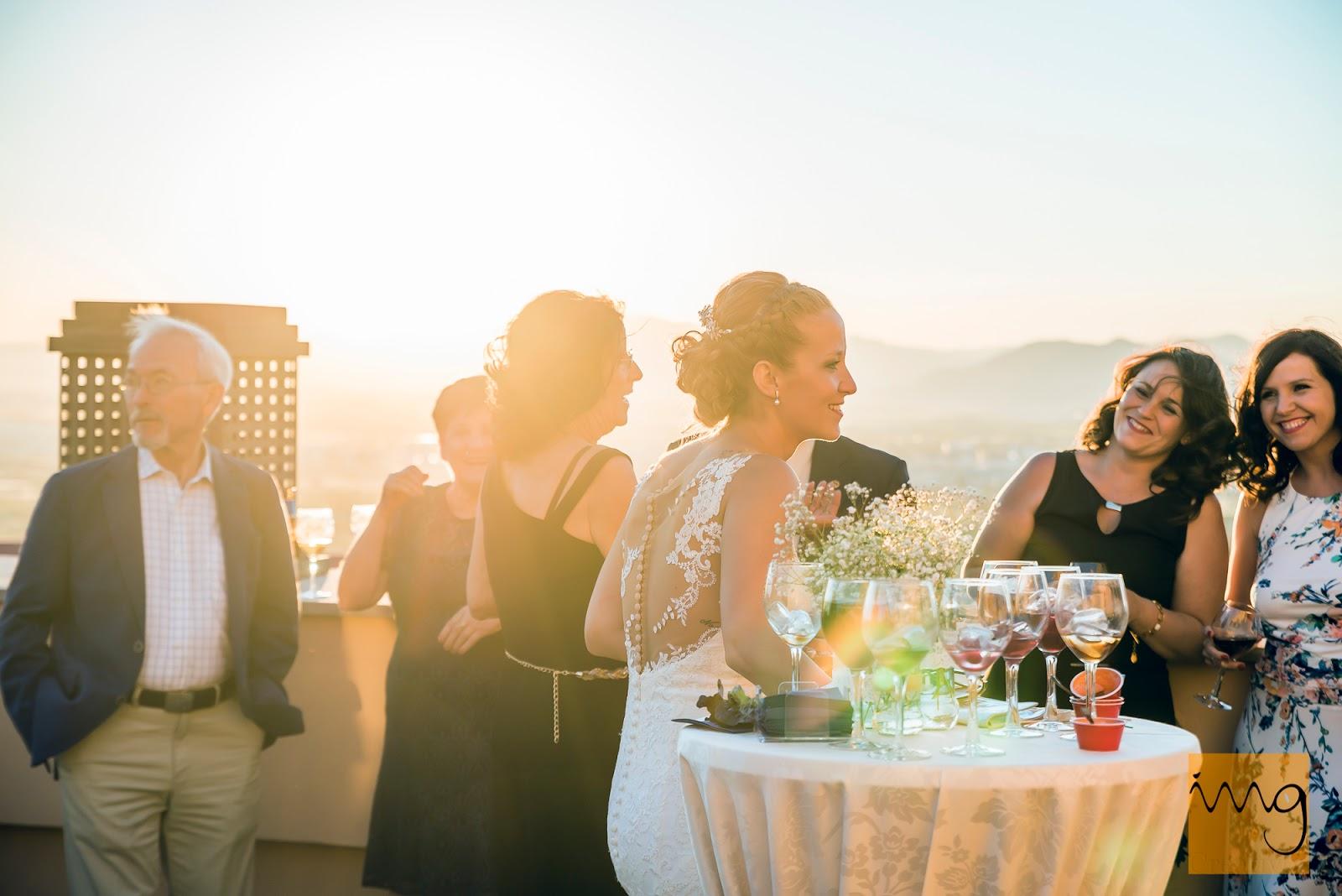 Fotografía de la novia en la copa de bienvenida en los Cerezos