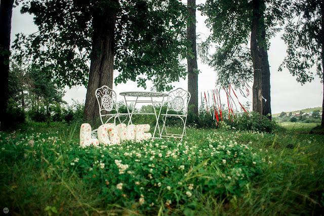 Ещё один уголок парка, оформленный для свадебной церемонии
