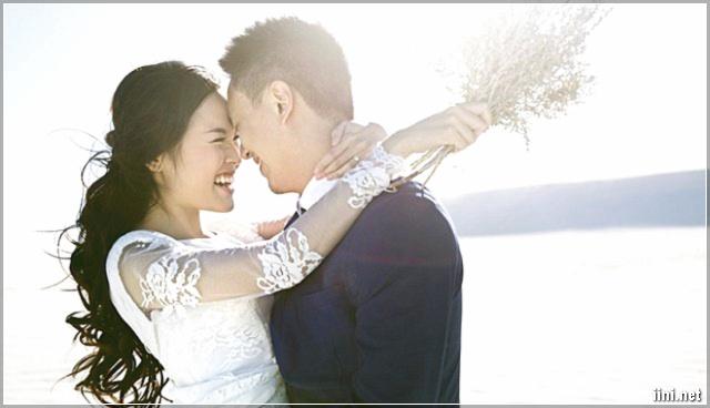 vui cười hạnh phúc bên chồng
