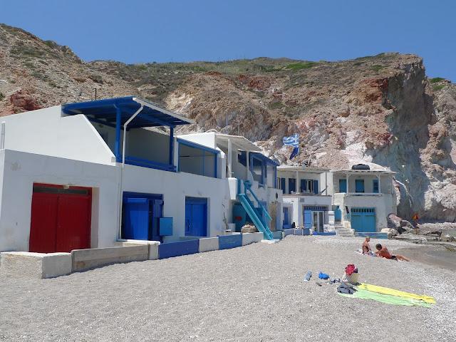 Plaża i miasteczko Firoponamos na Milos/Firopotamos beach and village on Milos