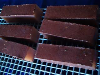 pedaços grande de sabonete canela e argila secando em cima de uma grade