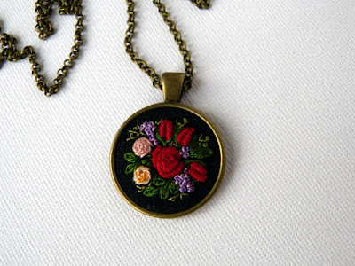 naszyjnik z haftem, embroidered jewerly, naszyjnik vintage, medalion z haftem, handmade jewerly, embroidered necklace, vintage jewerly, biżuteria retro, haft na lnie