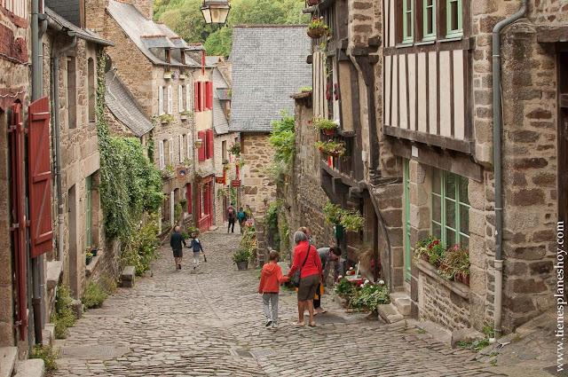 Dinan calle mas bonita Bretaña rue Jerzual viaje coche