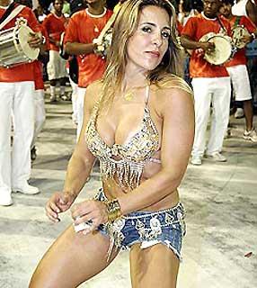 Joana Machado na Sapucaí no Carnaval mostrando o Corpo Sarado e Bonito de Short Jeans e um Top Dançando e dando uma abaixadinha