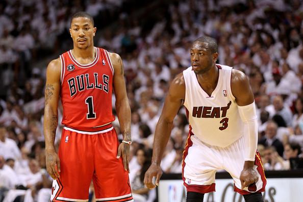 Derrick Rose (Chicago Bulls) et Dwyane Wade (Miami Heat) lors d'un match NBA.