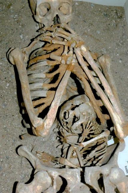 Mor med ufødt barn, begravet ved Æbelholt Kloster
