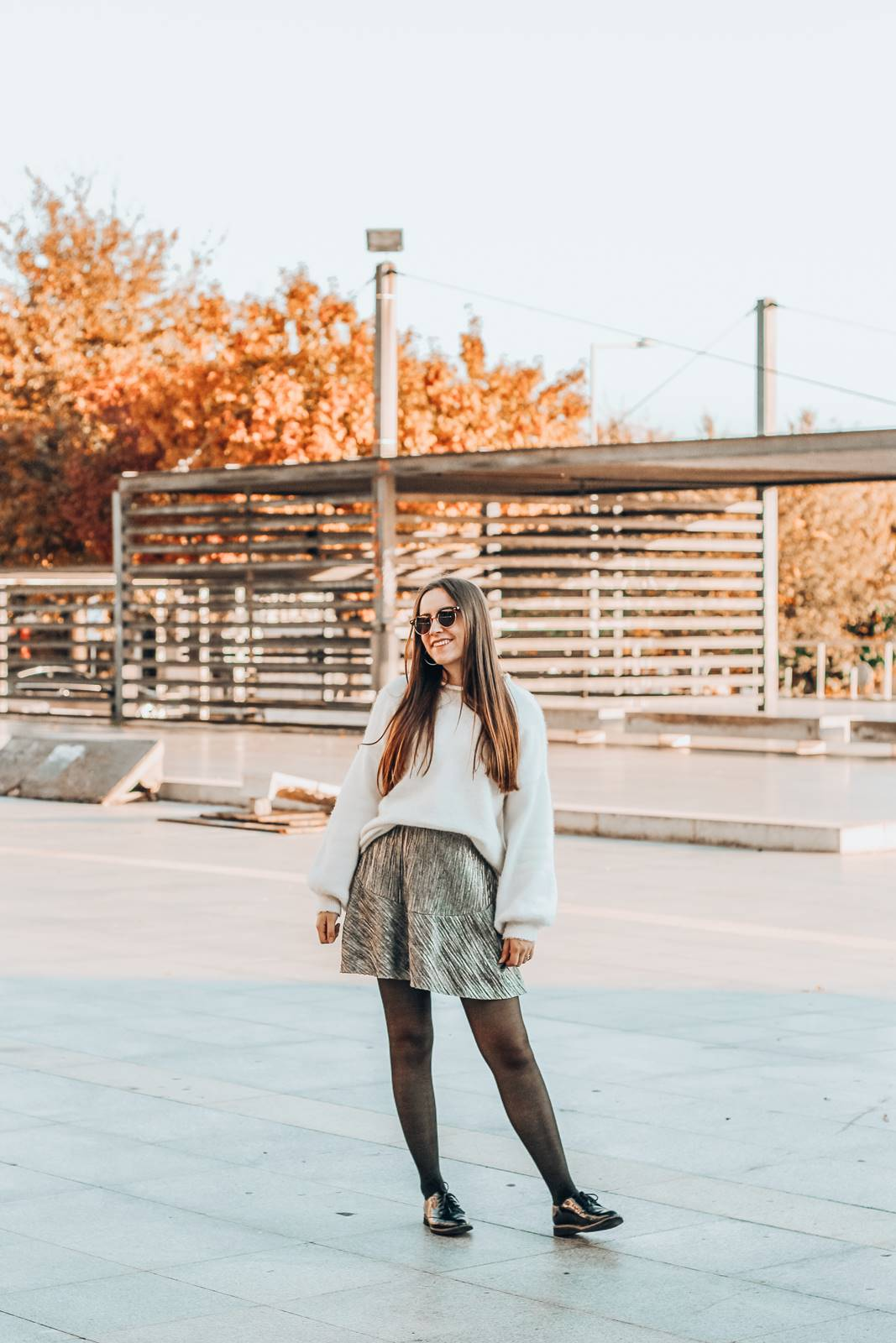 outfit_silver_skirt_rockport_shoes