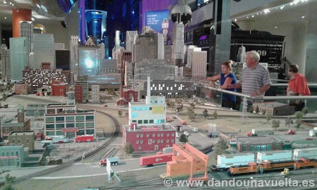 Maqueta de la ciudad de Chicago con tren circulando a su alrededor en el museo de industria y ciencia